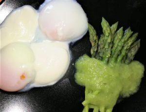 Uovo 62 con spuma di parmigiano e asparagi