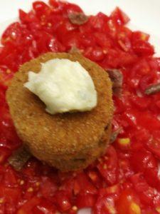 Melanzana fritta ripiena di gorgonzola con contorno di pomodorini, olive, capperi e acciughe